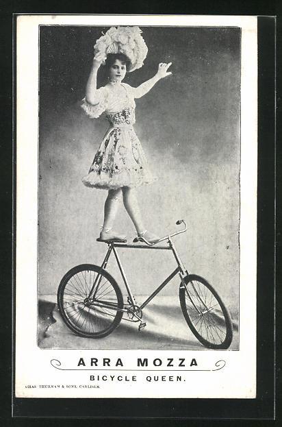 AK Arra Mozza, Bicycle Queen, Artistin steht auf Fahrrad in Kostüm