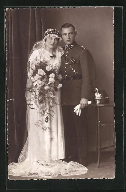 Foto-AK Brautpaar mit Bräutigam in Polizeiuniform