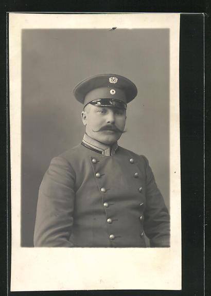 AK Herr in Postuniform mit Mütze und Schnurrbart