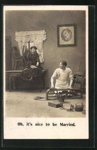 AK Frau sitzt auf Tisch und Mann putzt, oh it`s nice to be Married