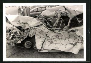 Foto-AK Ford Taunus nach Totalschaden
