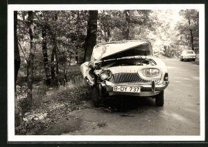 Foto-AK Verunfallter Ford Taunus am Strassenrand