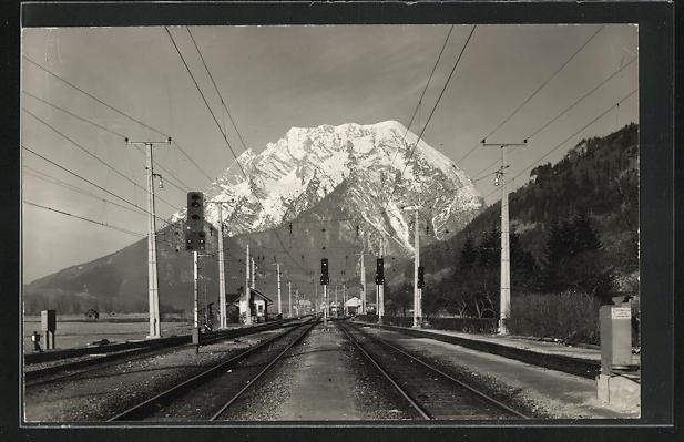 AK Stainach-Irdning, Blick auf Eisenbahngleise mit Haltesignale vor Gebirgspanorama