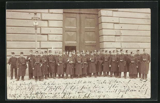 Foto-AK Wien, Hofburg, Soldaten in Uniformen vor dem Gebäude