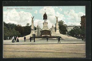AK Breslau, Passanten am Kaiser-Wilhelm-Denkmal