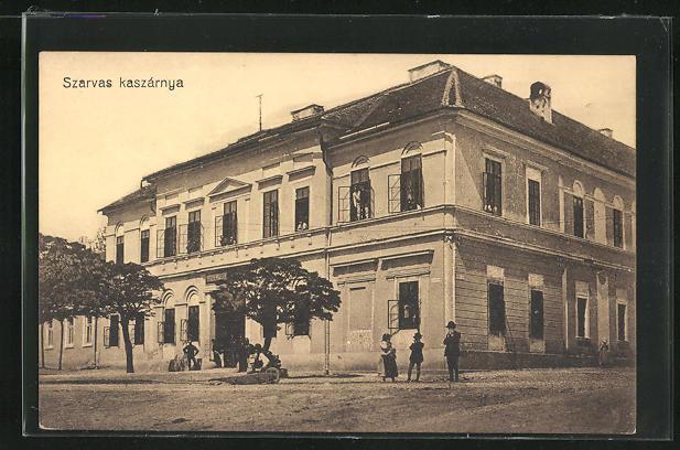 AK Szarvas, Szarvas kaszárnya, vor der Kaserne