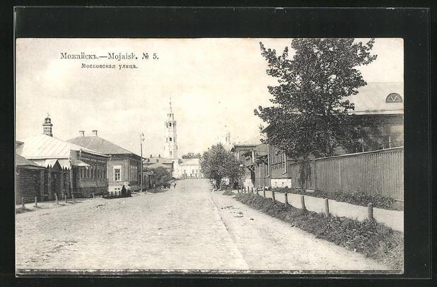AK Moschaisk, Moskauer Strasse mit Blick zur Kirche