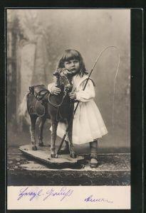 Foto-AK Kleinkind mit Schaukelpferd