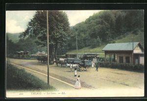 AK Uriage, La Gare, Kutschen vor dem Bahnhof