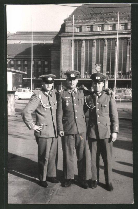 Fotografie Feyer, Leipzig, Ansicht Leipzig, Soldaten der NVA in Uniform am Hauptbahnhof