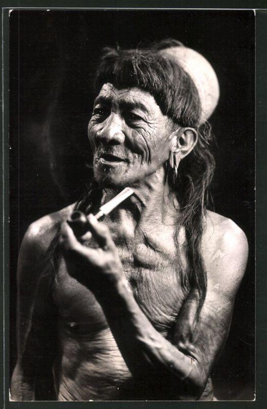 Fotografie Philippinen, betagter Einheimischer raucht Pfeife