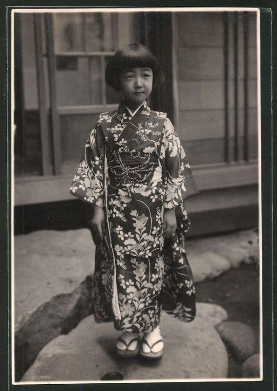 Fotografie japanisches Mädchen, junge Geisha trägt Kimono