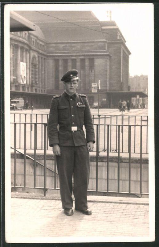 Fotografie R. Meyenberg, Leipzig, Ansicht Leipzig, Soldat der KVP am Hauptbahnhof
