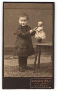 Fotografie Richard Schröder, Halle a/S, Portrait kleines Mädchen mit Puppe