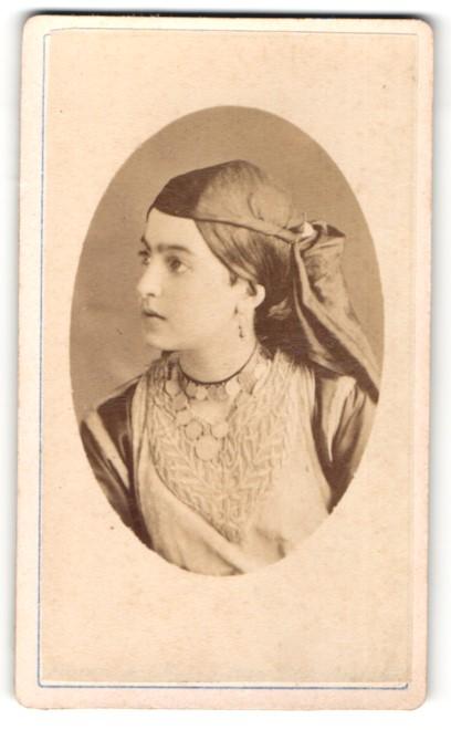 Fotografie Südeuropäerin in Tracht mit Halskette und Kopftuch