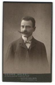 Fotografie Georg Wedel, Würzburg, Portrait junger Herr mit imposantem Schnauzbart und Zwicker