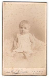 Fotografie Emil Tiedemann, Leipzig, Portrait niedliches blondes Kleinkind im weissen Hemdchen