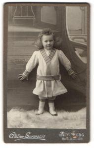Fotografie Atelier Germania, Augsburg, Portrait lachendes kleines Mädchen im gestreiften Kleid