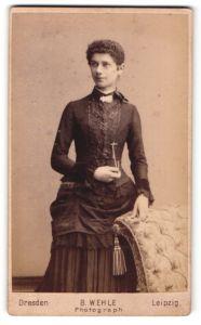 Fotografie B. Wehle, Dresden, Portrait dunkelhaarige Schönheit mit lockigem Haar