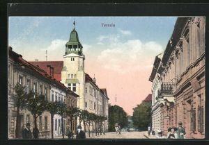 AK Theresienstadt / Terezin, Strassenpartie mit Gebäudeansicht und Passanten