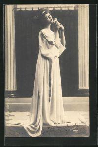 Foto-AK Atelier Reutlinger, Paris: Junge Frau mit langem Kleid und einer Taube in den Händen