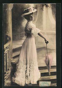 Foto-AK Atelier Reutlinger, Paris: Madame Kara im wunderschönen Kleid mit Hut und Schirm