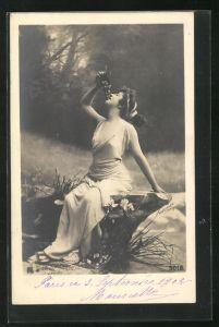 Foto-AK Atelier Reutlinger, Paris: Junge Dame mit Weintrauben auf Felsen sitzend