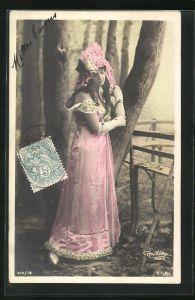 Foto-AK Atelier Reutlinger, Paris: Frau in langem Kleid mit Hut und langen Handschuhen an Baum gelehnt