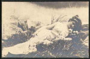 Foto-AK Atelier Reutlinger, Paris: auf Wiese liegende Maid