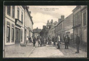 AK Tillieres-sur-Avre, La rue de la Poste, Strassenpartie mit Passanten