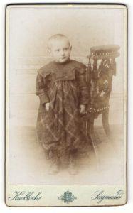 Fotografie Ferd. Knobloch & Rudolf Siegmund, Postelberg - Postoloprty, Portrait kleines Mädchen im hübschen Kleid