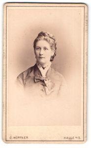Fotografie C. Höpfner, Halle a/S, Portrait junge Dame mit geflochtenem Haar