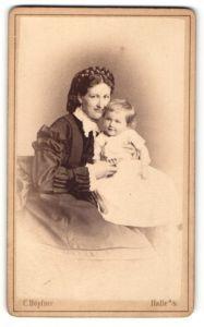 Fotografie C. Höpfner, Halle a/S, Portrait edle Dame mit Kind