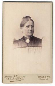 Fotografie Atelier Höpfner, Halle a/S, Portrait Dame mit Brosche