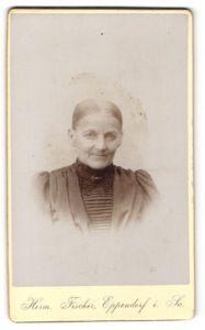 Fotografie Herm. Fischer, Eppendorf i/Sa, Portrait Greisin mit zusammengebundenem Haar