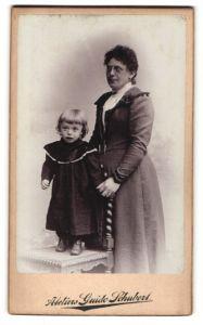 Fotografie Guido Schubert, Dresden-A, Portrait Dame mit Zwicker und Kleinkind