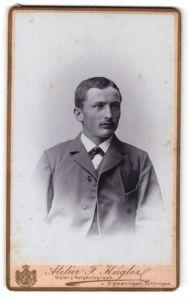 Fotografie Atelier F. Kugler, Sigmaringen, Portrait junger Herr im Anzug mit Krawattentuch