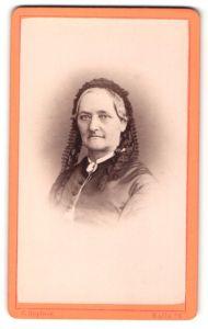 Fotografie C. Höpfner, Halle / Saale, Portrait ältere Dame mit freundlichem Blick und Rüschenhaube