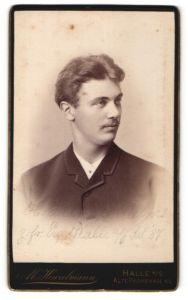 Fotografie M. Hinzelmann, Halle a / S., Portrait junger charmanter Herr mit Oberlippenbart in zeitgenöss. Kleidung