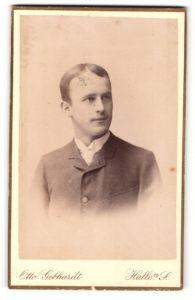 Fotografie Otto Gebhardt, Halle a / S., Portrait junger charmanter Herr im Anzug