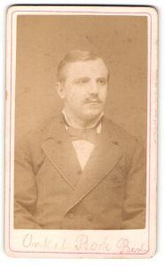 Fotografie Franz Knopf, Berlin, Portrait bürgerlicher Herr mit Oberlippenbart u. Fliege im Anzug