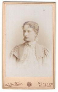 Fotografie Adalbert Werner, München, Portrait junge Dame mit zurückgebundenem Haar im eleganten Kleid
