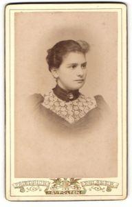 Fotografie Friedrich Eglseer, St. Pölten, Portrait Portrait dunkelhaariges schönes Fräulein mit Brosche und Stickerei