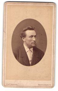 Fotografie Carl Axtmann, Reichenbach i / V., Portrait, Portrait charmanter Herr mit Bart u. Krawatte im Anzug