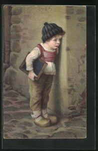 Künstler-AK Hermann Kaulbach: kleiner Junge in Holzschuhen mit Schiefertafel lugt um Ecke