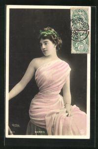 Foto-AK Atelier Reutlinger, Paris: Schauspielerin Harris mit Hochsteckfrisur im bunten Kleid auf Hocker sitzend