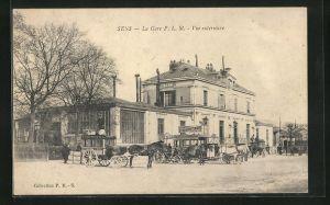 AK Sens, La Gare P. L. M., Kutschen vor dem Bahnhof