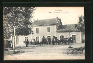 AK Lavaur, La Gare, Kutschen vor dem Bahnhof