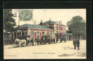 AK Argenteuil, La Gare, Kutschen warten vor dem Bahnhof auf Kundschaft