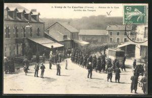 AK Camp de la Courtine, Avenue de la Gare, Arrivee des Troupes